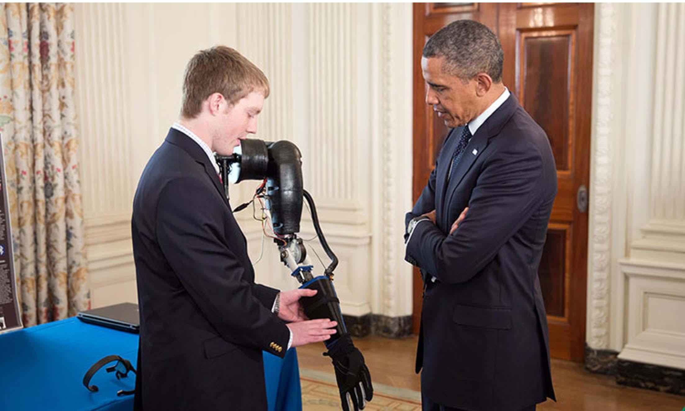 Easton LACHAPELLE présente sa prothèse de bras low cost devant Barack OBAMA